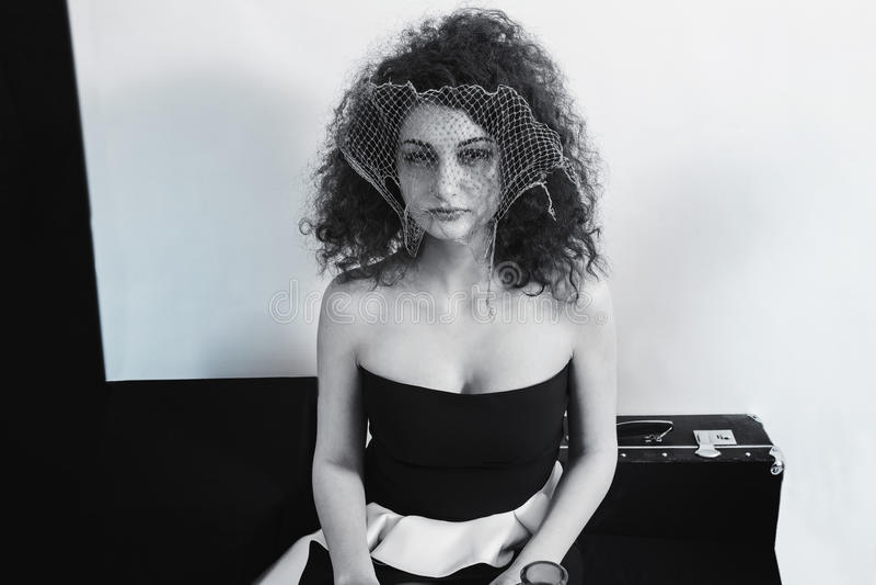 Retro portret młoda kędzierzawa brunetki kobieta zdjęcia stock