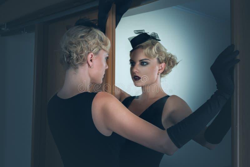Retro portret piękna kobieta obok lustra zdjęcia stock