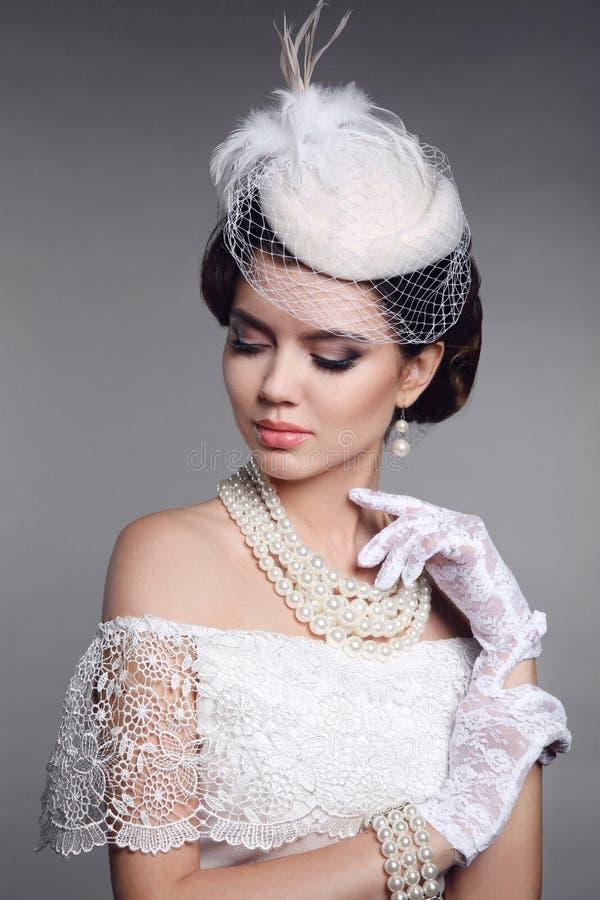 Retro Portret van de Vrouw Elegante donkerbruine dame met kapsel, peer stock foto