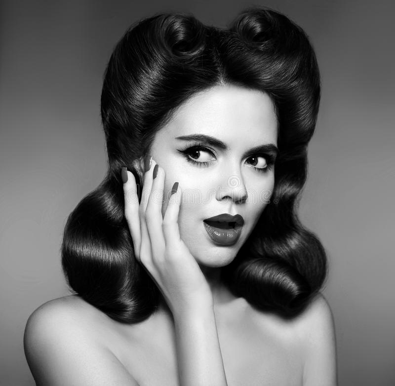 Retro Portret van de Vrouw Verraste en geschokte jaren '50speld op meisje met royalty-vrije stock fotografie