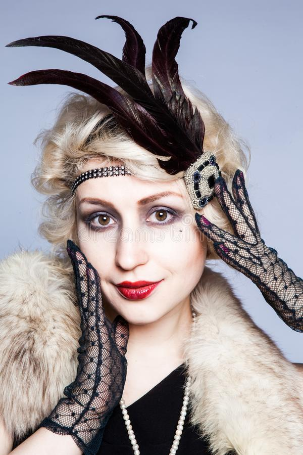 Retro portret van een meisje in een hoed met veren en kanthandschoenen stock afbeelding