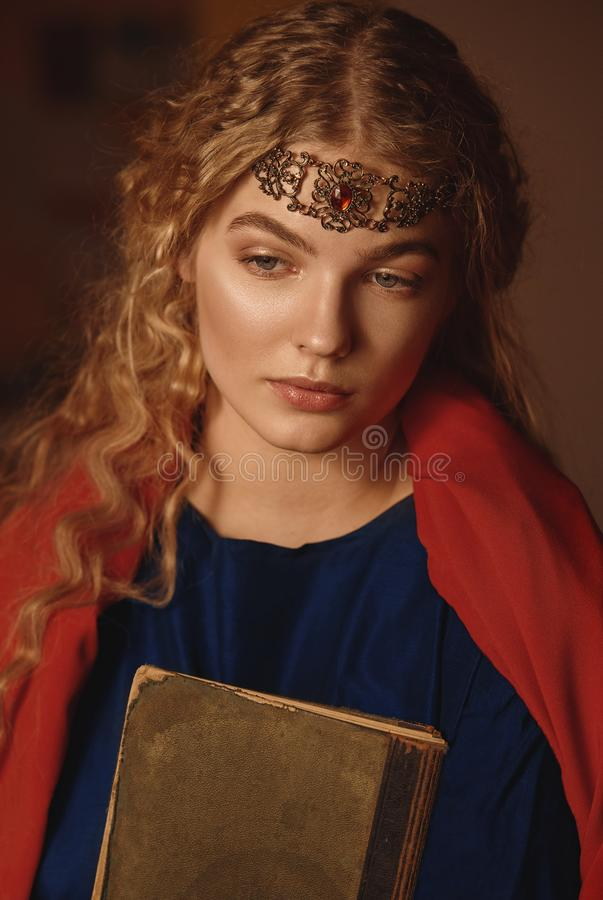 Retro portret van een mooie dromerige jonge vrouw die een boek in handen in openlucht houden Het zachte uitstekende stemmen stock fotografie