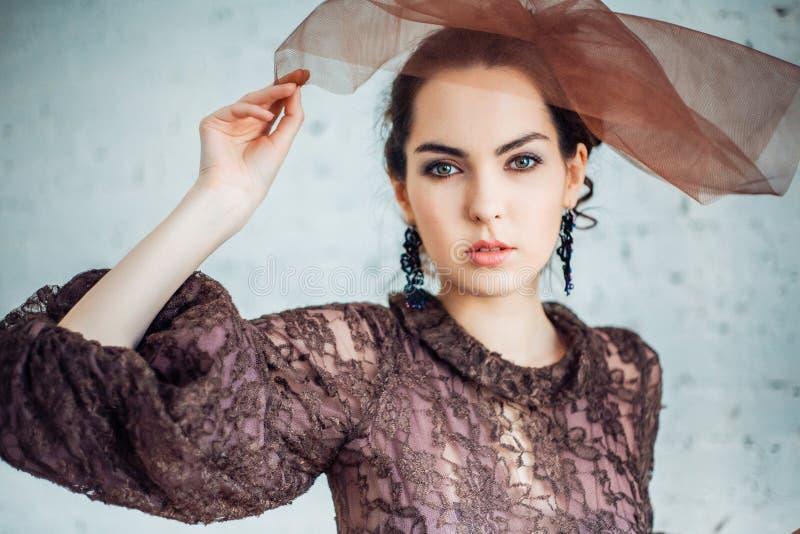Retro portret van een mooie vrouw Uitstekende stijl De foto van de manier stock foto's