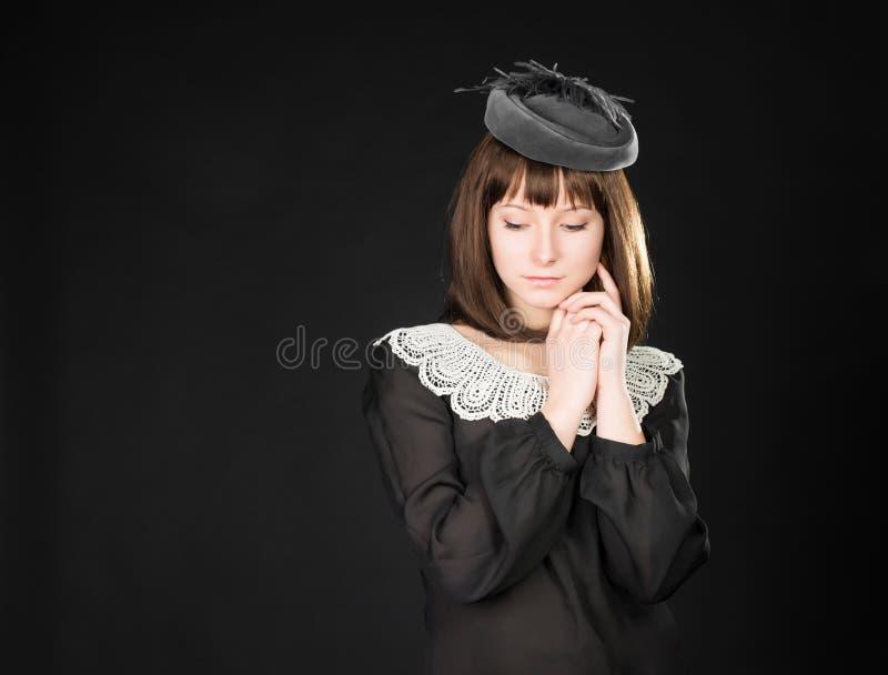 Retro portret van mooie vrouw Uitstekende stijl Romantisch jong schoonheidsmeisje op zwarte achtergrond royalty-vrije stock foto's
