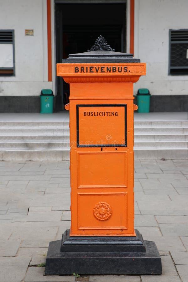 Retro posto arancio della cassetta delle lettere al quadrato di Fatahilah a Jakarta immagini stock libere da diritti