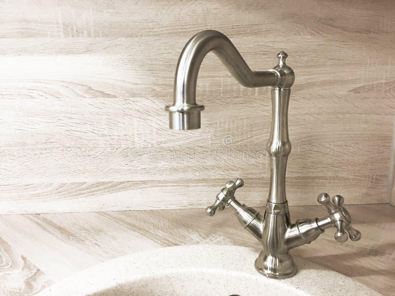 Retro primo piano d'ottone d'annata del rubinetto del rubinetto di acqua su fondo leggero immagine stock libera da diritti