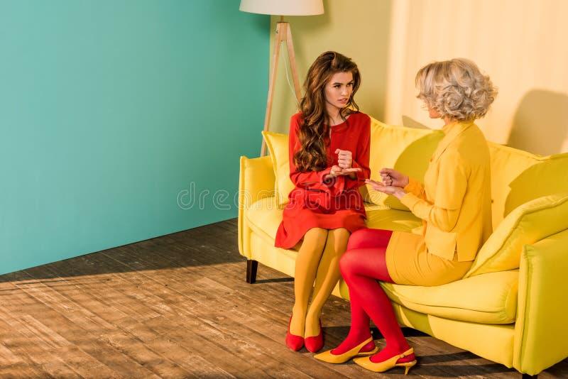 retro projektować piękne dziewczyny w kolorowych sukniach bawić się skała papierowych nożyce gemowych obrazy stock