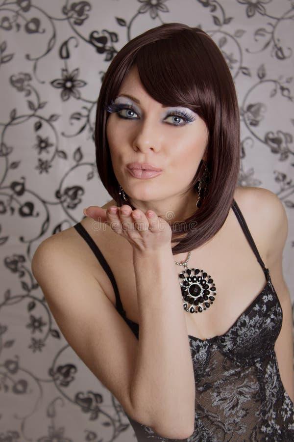 Retro projektująca brunetka w gorsetowych dosłanie buziakach obraz royalty free