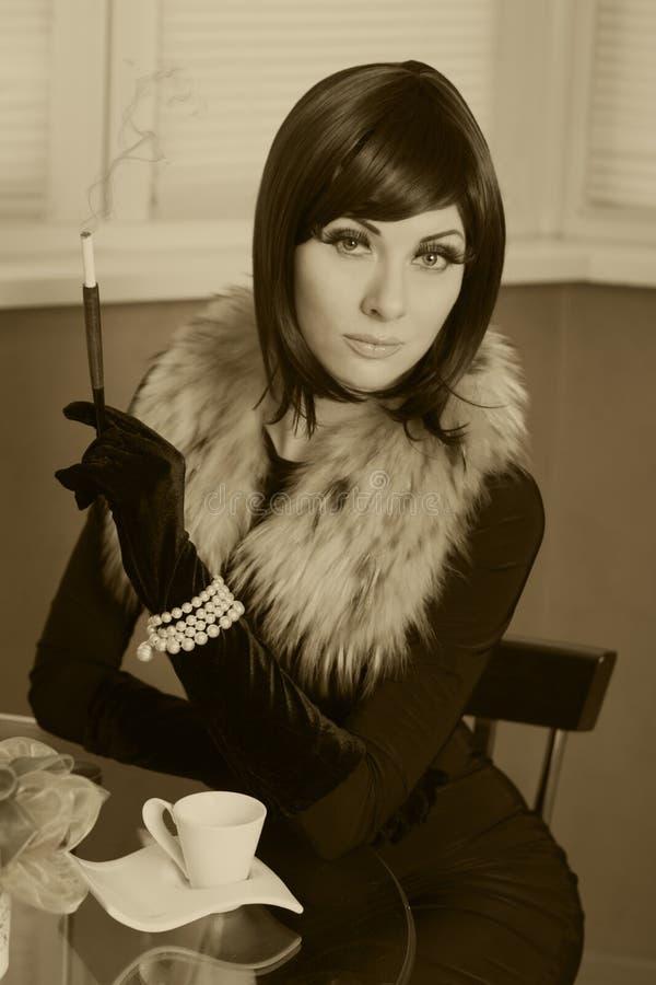 Retro projektująca kobieta z cygarem obrazy royalty free
