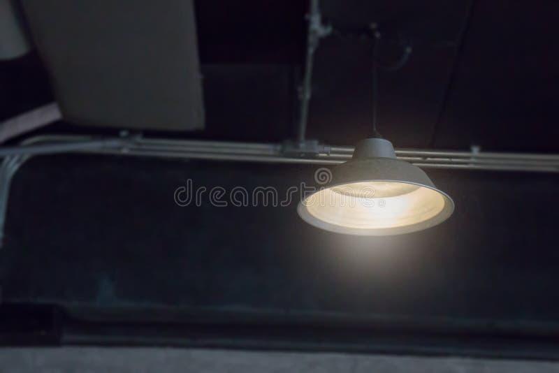 Retro projektująca lekka lampa w ciemnym pokoju zdjęcie stock