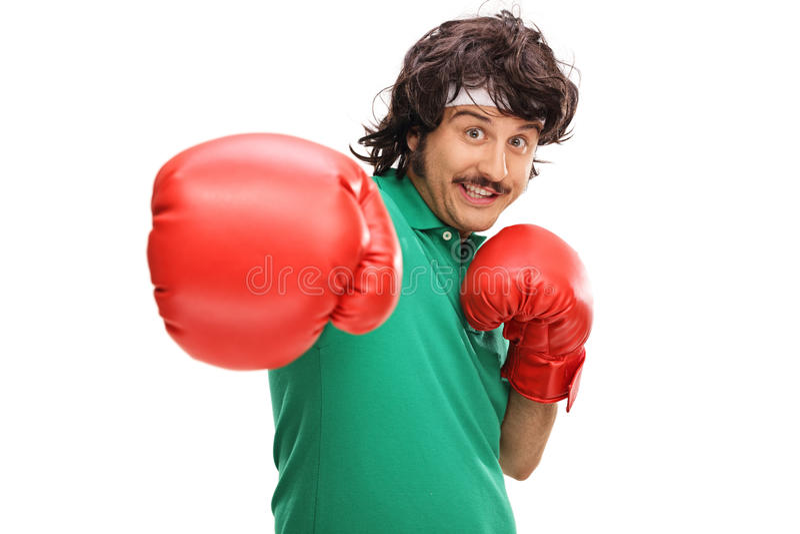 Retro przyglądający facet z bokserskimi rękawiczkami fotografia royalty free