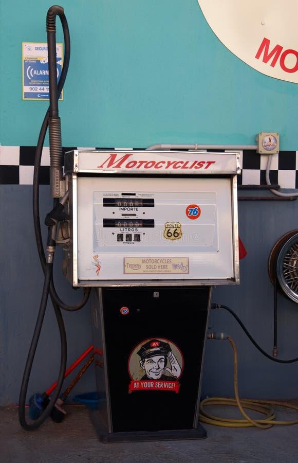 Retro pump för bensin A1, Velez Malaga, Spanien royaltyfria bilder