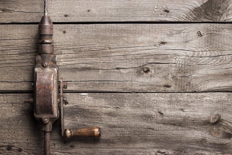 Retro ręka świder na drewnianym stole zdjęcie royalty free