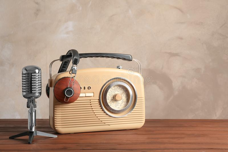 Retro- Radio, Mikrofon und Kopfhörer stockfotografie