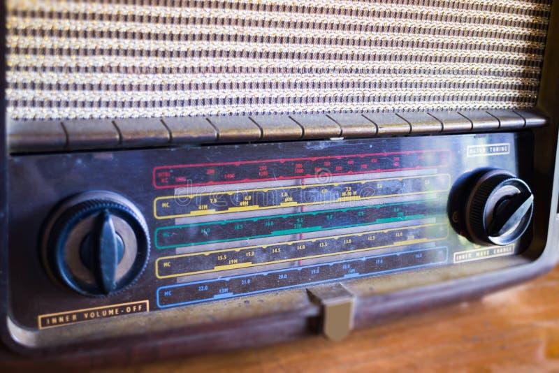 Retro radio na drewnianym stole obrazy royalty free
