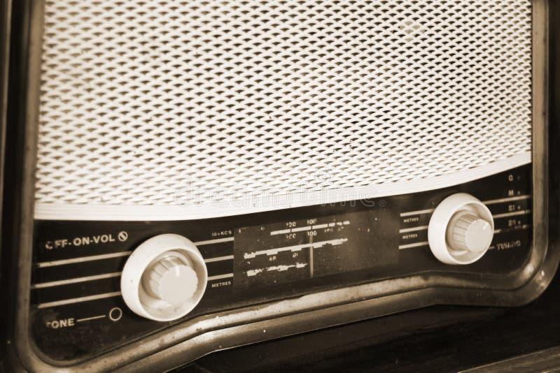 Retro radio na drewnianym stole zdjęcie stock
