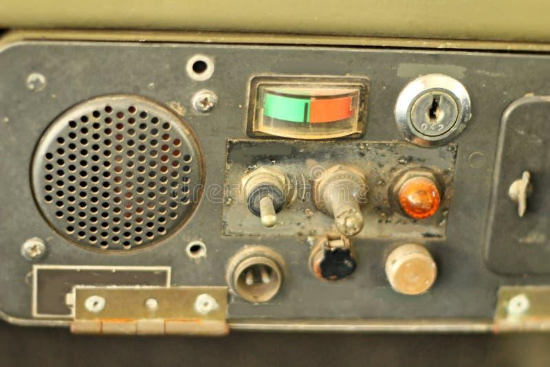 Retro radio oude uitstekende stijl in de auto stock foto's
