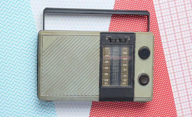 Retro radiomottagare på idérik bakgrund Bästa sikt, minimalism fotografering för bildbyråer