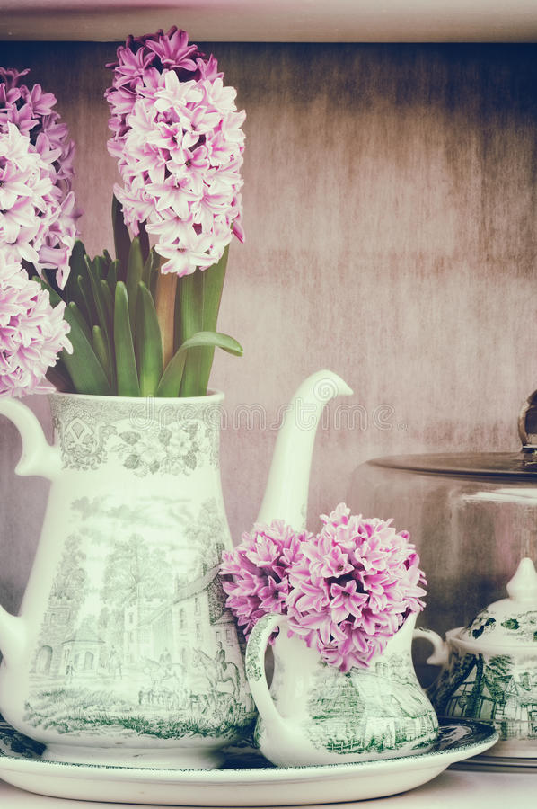 Retro regolazione con i giacinti rosa fotografia stock libera da diritti
