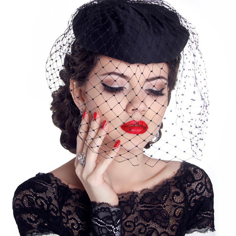 Retro ritratto della donna in cappello isolato su fondo bianco. Trucco immagine stock