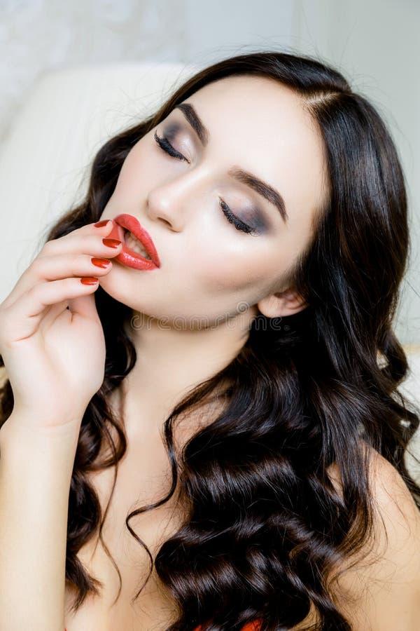 Retro ritratto della donna Primo piano sexy rosso dei chiodi e delle labbra Apra la bocca fotografie stock libere da diritti