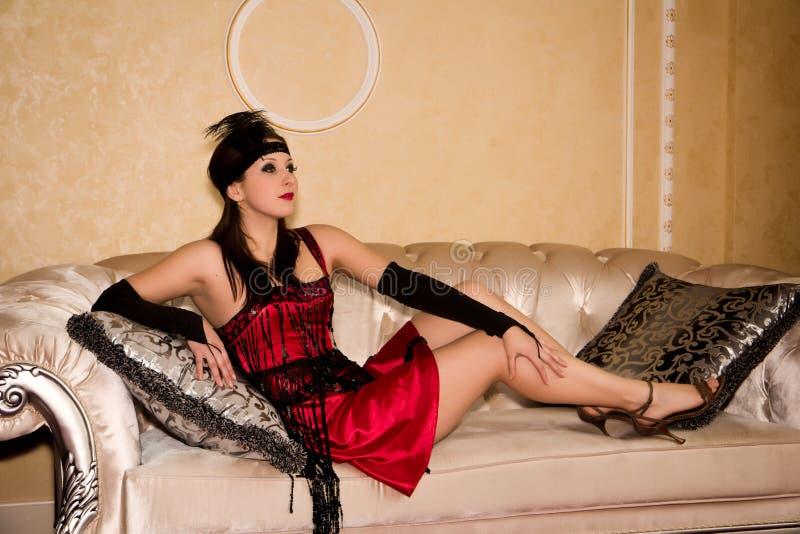 Retro ritratto della donna sul sofà immagine stock