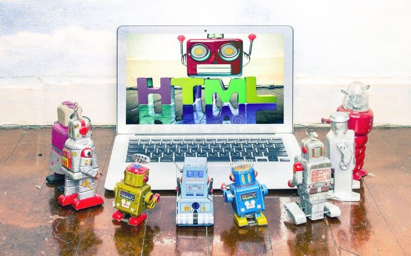 Retro robot zabawek gromadzenie się wokoło laptopu zdjęcia stock