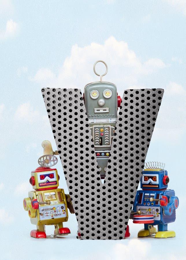 Retro robots die een grote metaalbrief V met blauwe hemel houden royalty-vrije illustratie