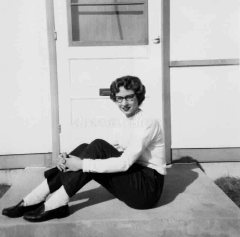 Retro rocznik młoda dziewczyna, Żeński nastolatek w lata pięćdziesiąte obraz royalty free