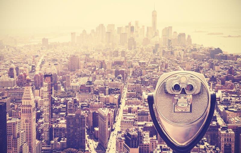 Retro rocznik tonował turystyczne lornetki nad Manhattan, NYC, usa obraz stock