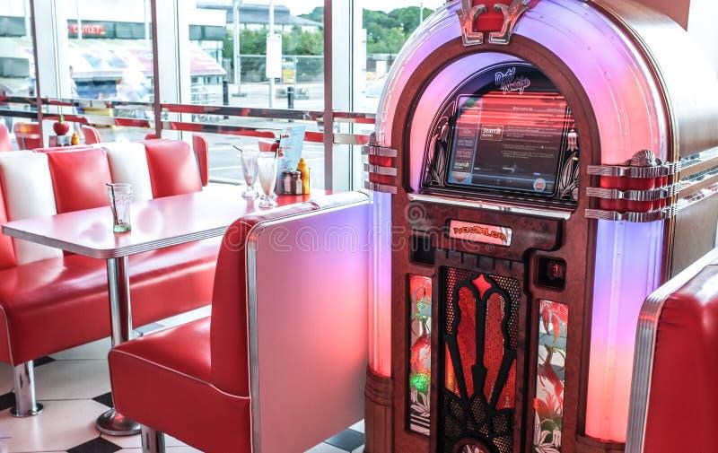 Retro Rocznika Amerykański Gość restauracji i szafa grająca obraz royalty free