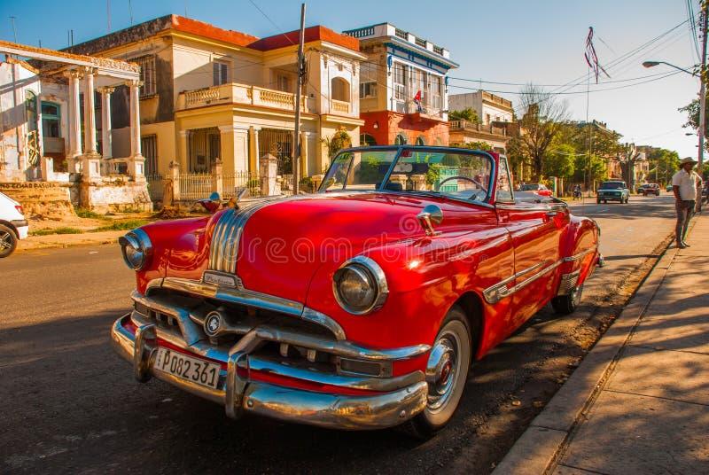 Retro rocznika czerwony samochód parkujący w podjeździe havarti Kuba obrazy stock