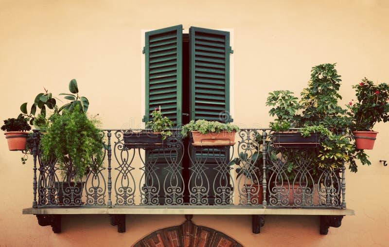 Retro romantisk balkong Fönster med den gröna slutaren Tappning Italien, Pienza i Tuscany royaltyfri bild