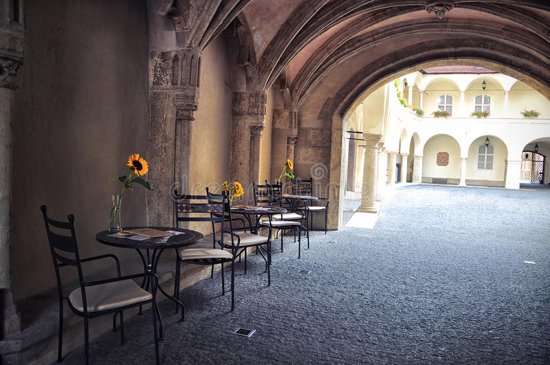 Retro romantiskt kafé i en liten gata royaltyfri bild