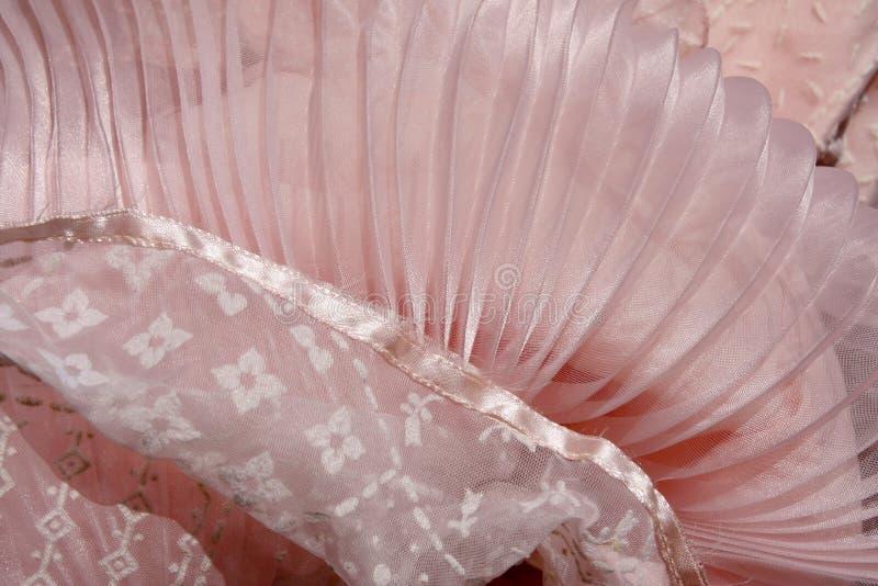 Retro rosa färger flockas klänning med plisséer arkivbilder