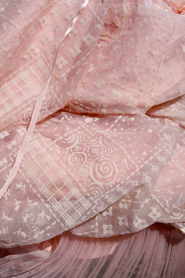 Retro rosa färger flockas klänning med plisséer arkivfoton