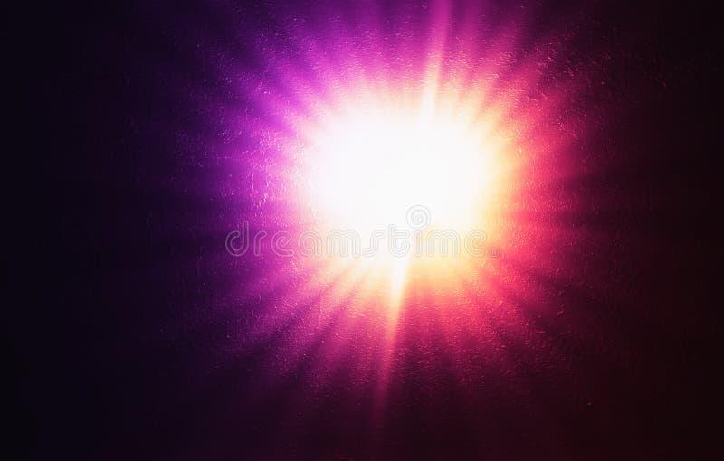 Retro- Rosa und purpurrote Lampe auf strukturiertem Hintergrund der Schmutzwand lizenzfreie stockbilder