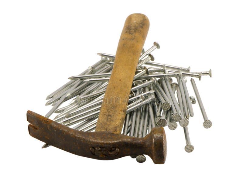 Retro- rostiger Hammer nagelt Stapel getrennt lizenzfreie stockfotos