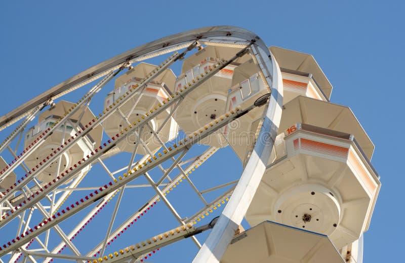 Retro rotella di Ferris contro cielo blu immagini stock libere da diritti