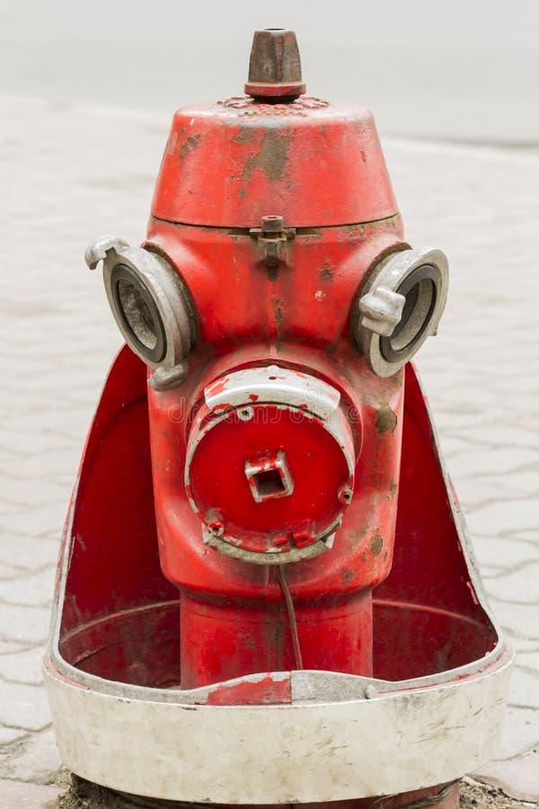 Retro- roter Hydrant auf der Stadtstraße Schließen Sie herauf Bild stockfoto