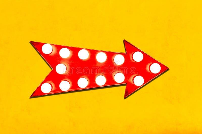 Retro- roter Pfeil formte Anzeigen-Wegweiser der Weinlese bunten belichteten metallischen mit glühenden Glühlampen auf klarer gel lizenzfreies stockbild