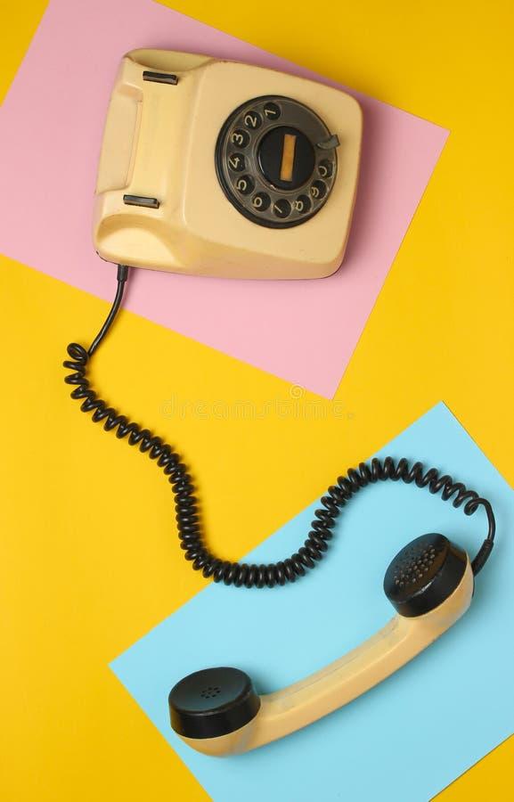 Retro roterande telefon från 80-tal på en kulör pastellfärgad bakgrund Bästa sikt, minimalism royaltyfria bilder