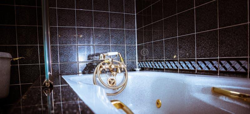Retro rubinetto d'annata d'ottone del rubinetto - bagno di lusso con la Jacuzzi in casa moderna fotografia stock