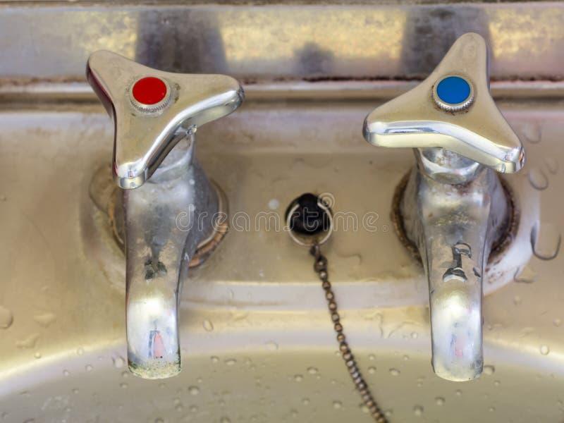 Retro rubinetto giapponese dell'acqua calda e rubinetto di acqua fredda fotografia stock