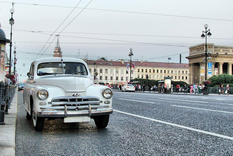 Retro samochód na ulicie St Petersburg moskvich 407 obraz stock