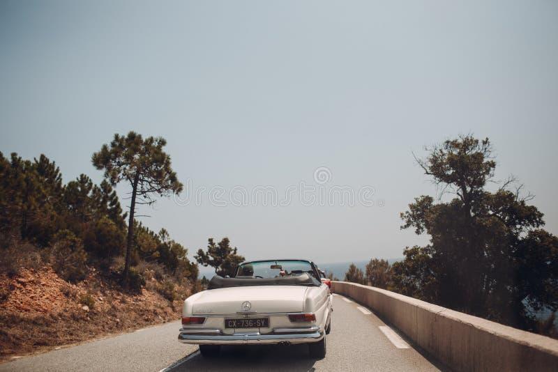 Retro samochodu wiec Francuski Riviera Ładny - Cannes - święty miejsca przeznaczenia szkła target885_0_ mapy podróż zdjęcia stock