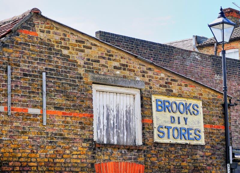 Retro Scène van Bakstenen muur met diverse aanwijzingen van met lange levensuur stock foto
