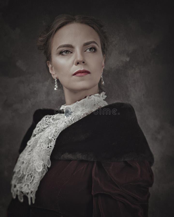 Retro- Schönheit, weibliches Porträt mit Weinleseart lizenzfreie stockbilder