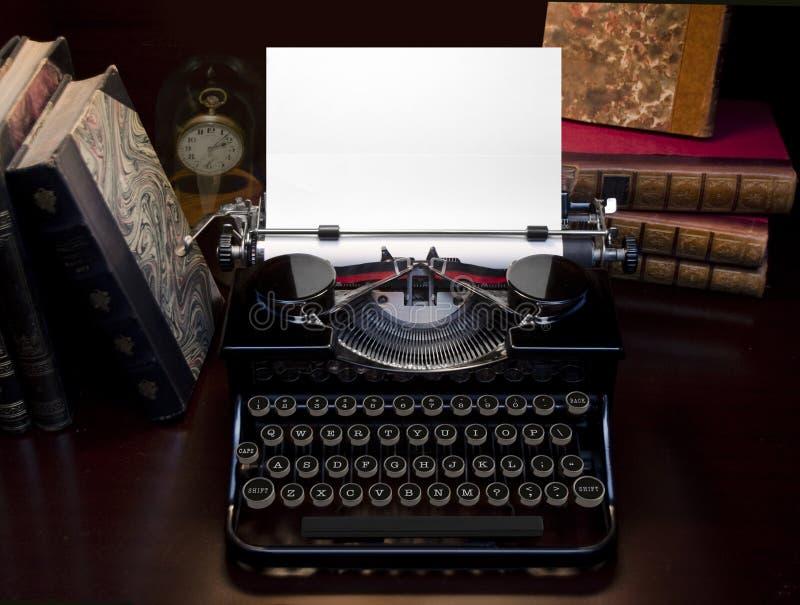 Retro- Schreibmaschine u. Bücher stockbilder
