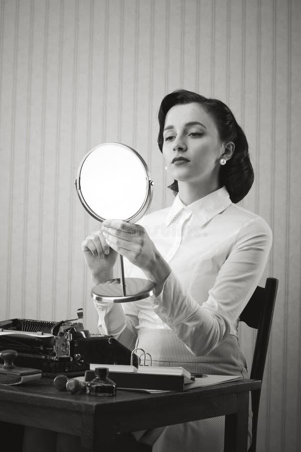 Bedrijfs vrouw die haar samenstelling controleren royalty-vrije stock foto's